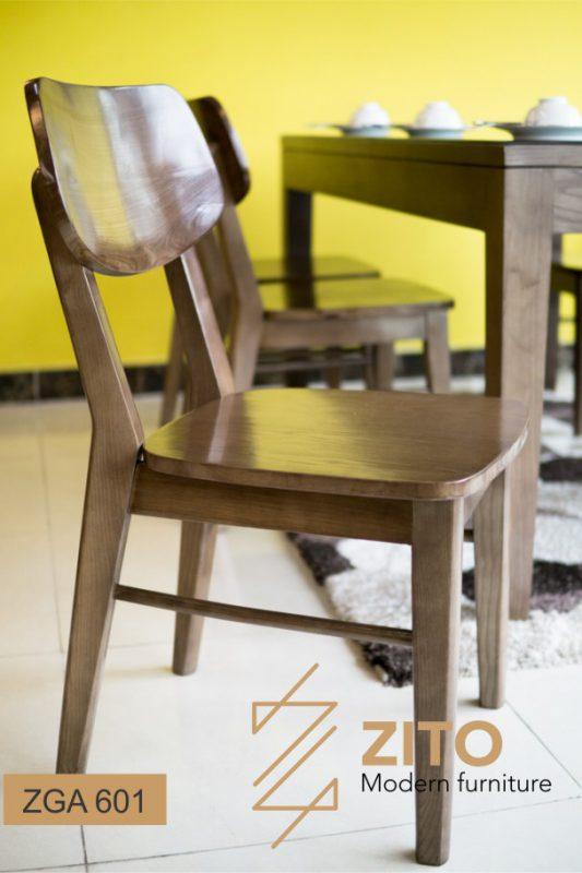 Bộ bàn ăn vuông vắn, gọn gàng giúp tăng thêm sinh khí cho không gian bếp